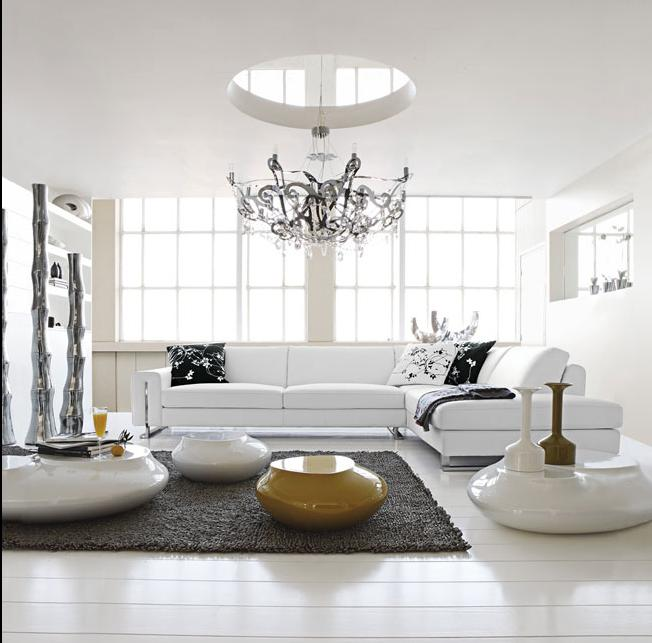 أثاث أبيض اللون مع حائط أبيض